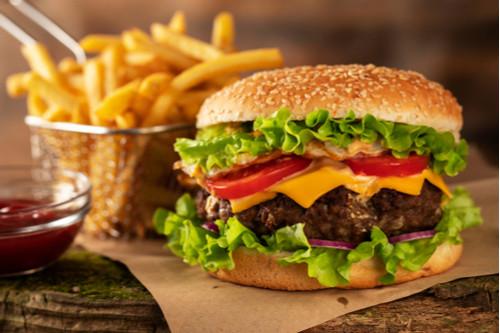 Hambúrguer acompanhado de batatas fritas