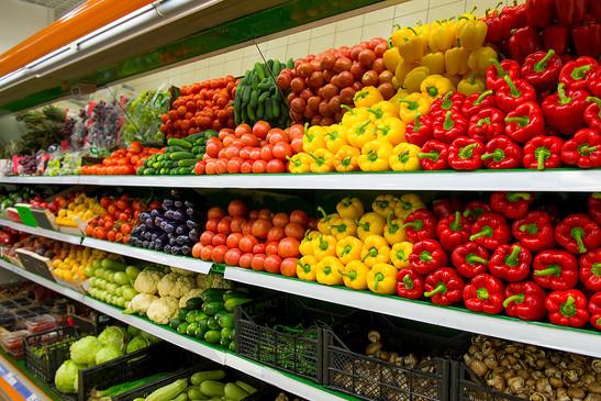 gôndola de supermercado com legumes e frutas