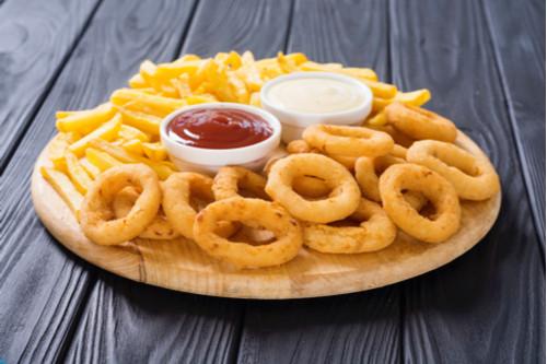 onion rings e batata frita em prato