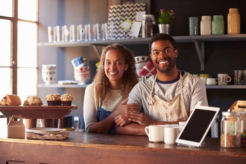 home e mulher negros gerenciando seu negócio administração
