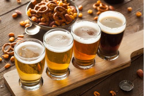 quatro copos com cervejas artesanais de diversos tipos