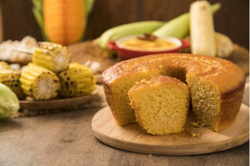 mesa com bolo de milho e espigas de milho
