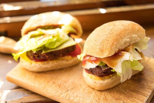 pão tipo bisnaguinha caseiro recheado com carne queijo e salada