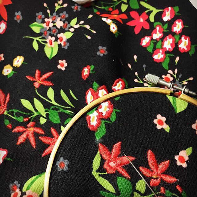 Instagram - かわいい柄の古着を見つけたら、迷わず解体してます。 さらに、柄の上から刺繍して新たなテキスタイルにうまれかわります。 刺繍、楽しい。 け