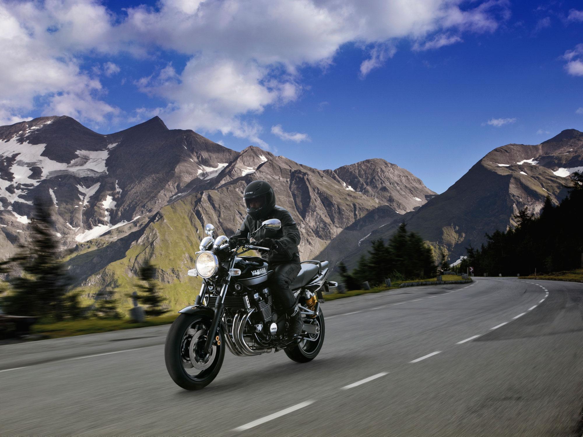 2011-Yamaha-XJR1300a