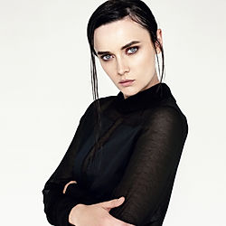 Ernste Frau schwarze Pullover