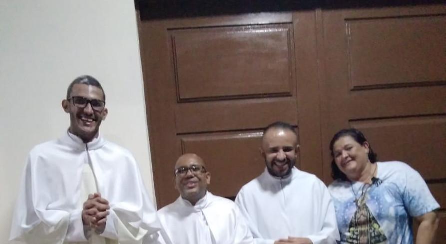 Os neoprofessos junto com paróquiana