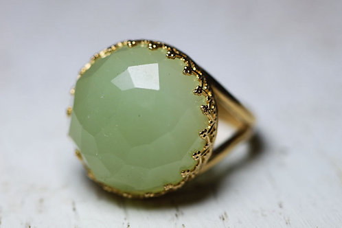 Круглое позолоченное кольцо с нефритом