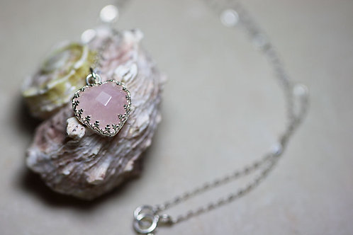 Серебряный кулон-сердечко с розовым кварцем на цепочке