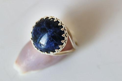 Круглое серебряное кольцо с содалитом