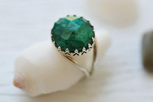 Круглое серебряное кольцо с изумрудом