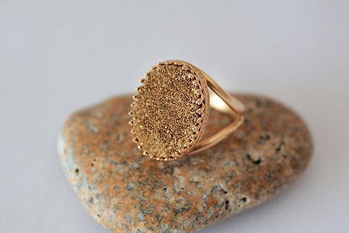 Овальное позолоченное кольцо с золотыми друзами кварца