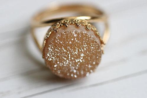 Позолоченное круглое кольцо с бежевыми друзами кварца