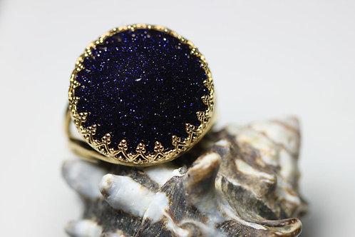 Круглое позолоченное кольцо с темно-синим авантюрином