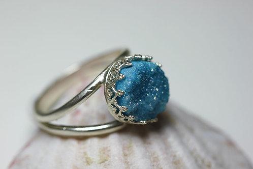 Круглое серебряное кольцо с голубыми друзами кварца