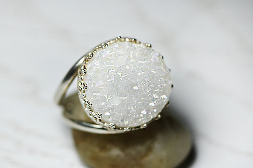 Серебряное кольцо с белыми друзами кварца