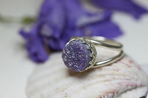 Круглое серебряное кольцо с сиреневыми друзами кварца