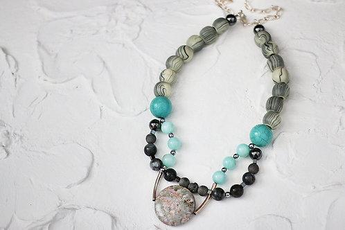 Колье в серо-голубых тонах с натуральными камнями