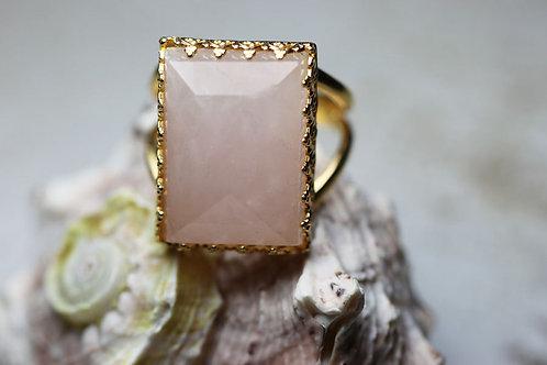 Прямоугольное позолоченное кольцо с розовым кварцем