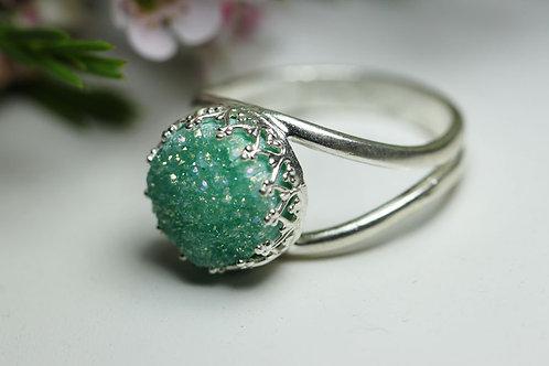 Круглое серебряное кольцо с мятными друзами кварца