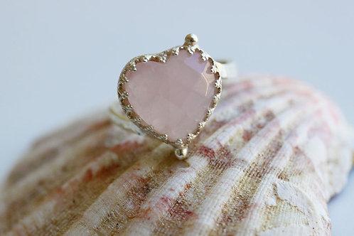 Серебряное колечко-сердечко с розовым кварцем