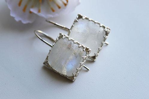 Серебряные квадратные серьги с лунным камнем