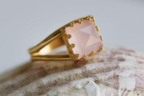 Квадратное позолоченное кольцо с розовым кварцем