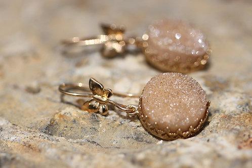 Серьги-бабочки с бежевыми друзами кварца