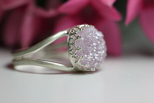 Круглое серебряное кольцо с лиловыми друзами кварца