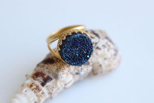Круглое позолоченное кольцо с синими друзами кварца