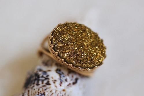 Овальное позолоченное кольцо с золотыми друзами кварца (горизонтальное)
