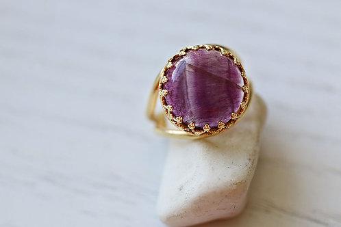 Круглое позолоченное кольцо с аметистом