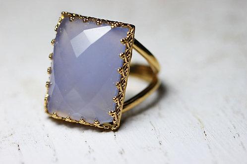 Позолоченное прямоугольное кольцо с халцедоном
