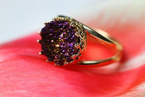 Позолоченное кольцо с фиолетово-бордовымидрузами кварца