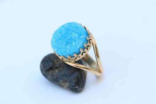 Круглое позолоченное кольцо с голубыми друзами кварца