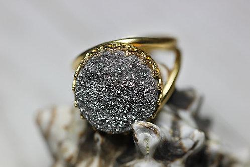 Круглое позолоченное кольцо с серыми друзами кварца