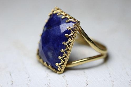 Позолоченное прямоугольное кольцо с содалитом