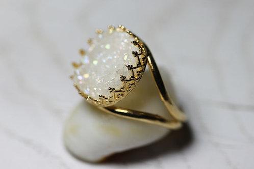 Позолоченное круглое кольцо с белыми друзами кварца
