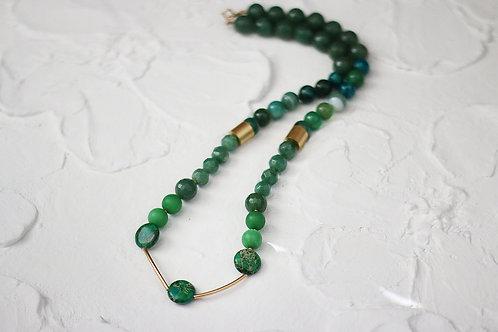 Колье зеленого цвета из яшмы и авантюрина