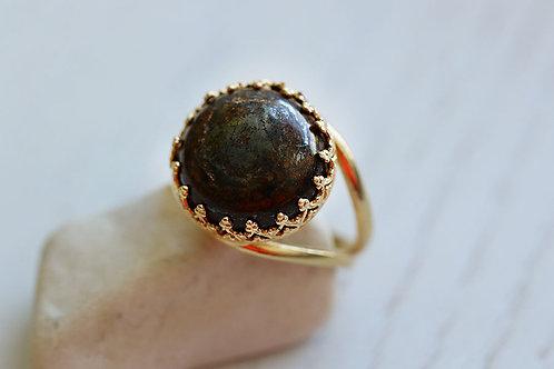 Круглое позолоченное кольцо с темной яшмой