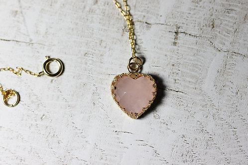 Кулон-сердечко с розовым кварцем на цепочке голдфилд