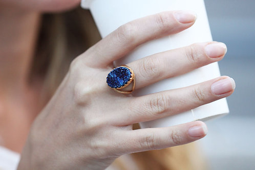 Овальное позолоченное кольцо с синими друзами кварца