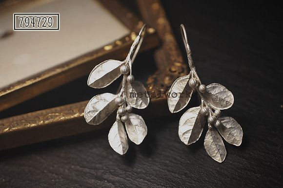 MW E1024 The 925 Silver Mistletoe Earrings