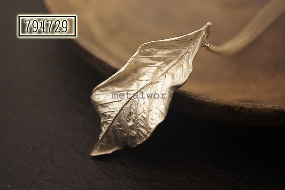 MW P1117 The 925 Silver Creased Leaf Pendant