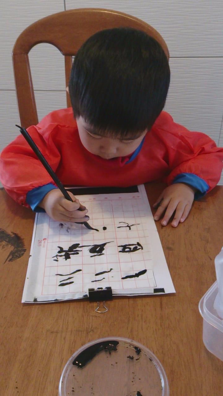 3 yo writing chinese calligraphy