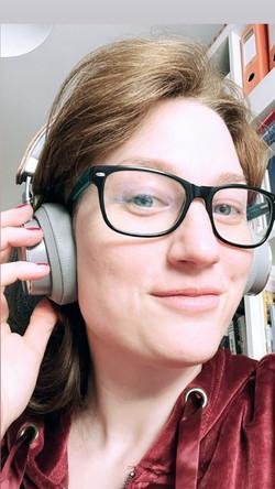 Nora nimmt einen Podcast auf