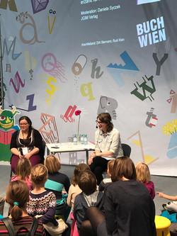 Nora bei der Buch Wien
