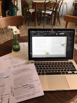 Nora schreibt im Kaffeehaus