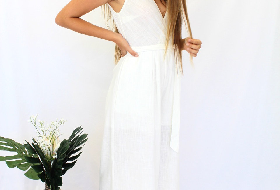 Stunning maxi white playsuit, this screams Summer! Match this with slides or heals for the perfect outfit!