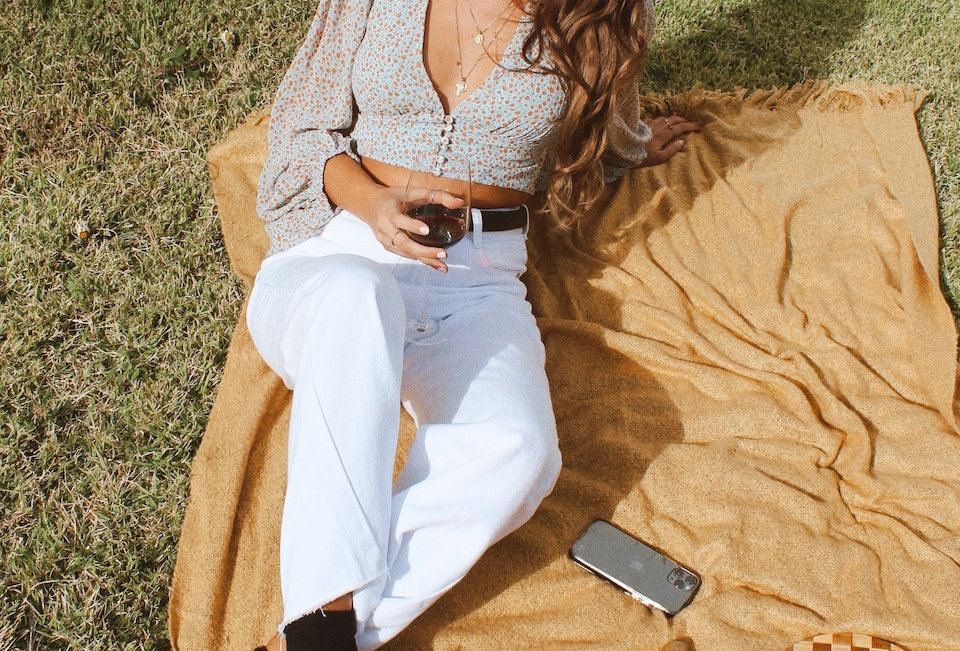 white denim wide leg jeans White denim jeans Loose fitted style ( RETRO WIDE LEG JEAN STYLE) Zip at front Pockets at front an
